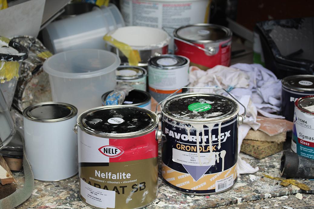Meerdere blikken verf die zijn gebruikt tijdens werkzaamheden door schildersbedrijf groenewold
