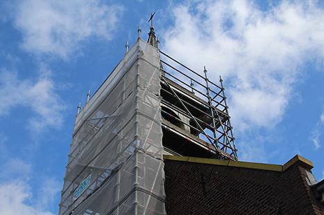 Kerktoren van Nieuw Buinen die in de steigers is gezet door Schildersbedrijf Groenewold